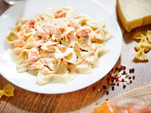 Паста Фарфалле с лососем в сливочном соусе