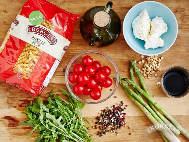 Теплый салат с фузилли, мягким сыром и рукколой