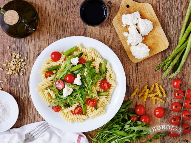 Салаты Теплый салат с фузилли, мягким сыром и рукколой