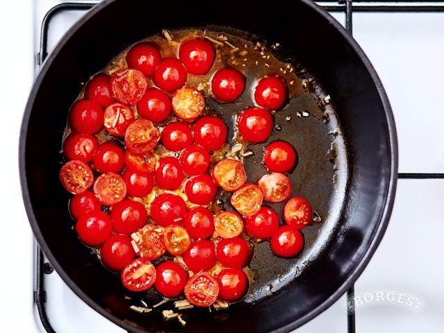 Спагетти с морепродуктами и томатами черри