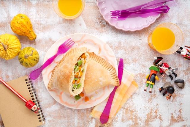 Готовим с детьми Кальцоне с овощами (закрытый итальянский пирог)