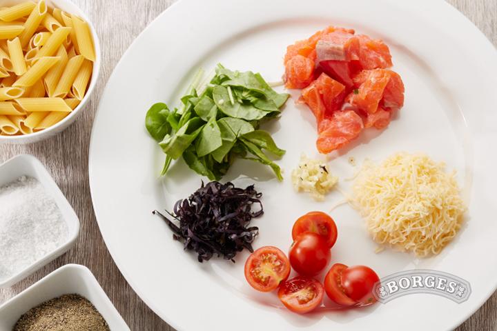 Запеканка с Пенне Ригате, шпинатом и лососем