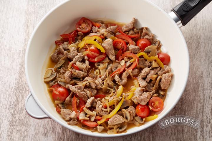Спагетти с телятиной в сливочном соусе с шампиньонами