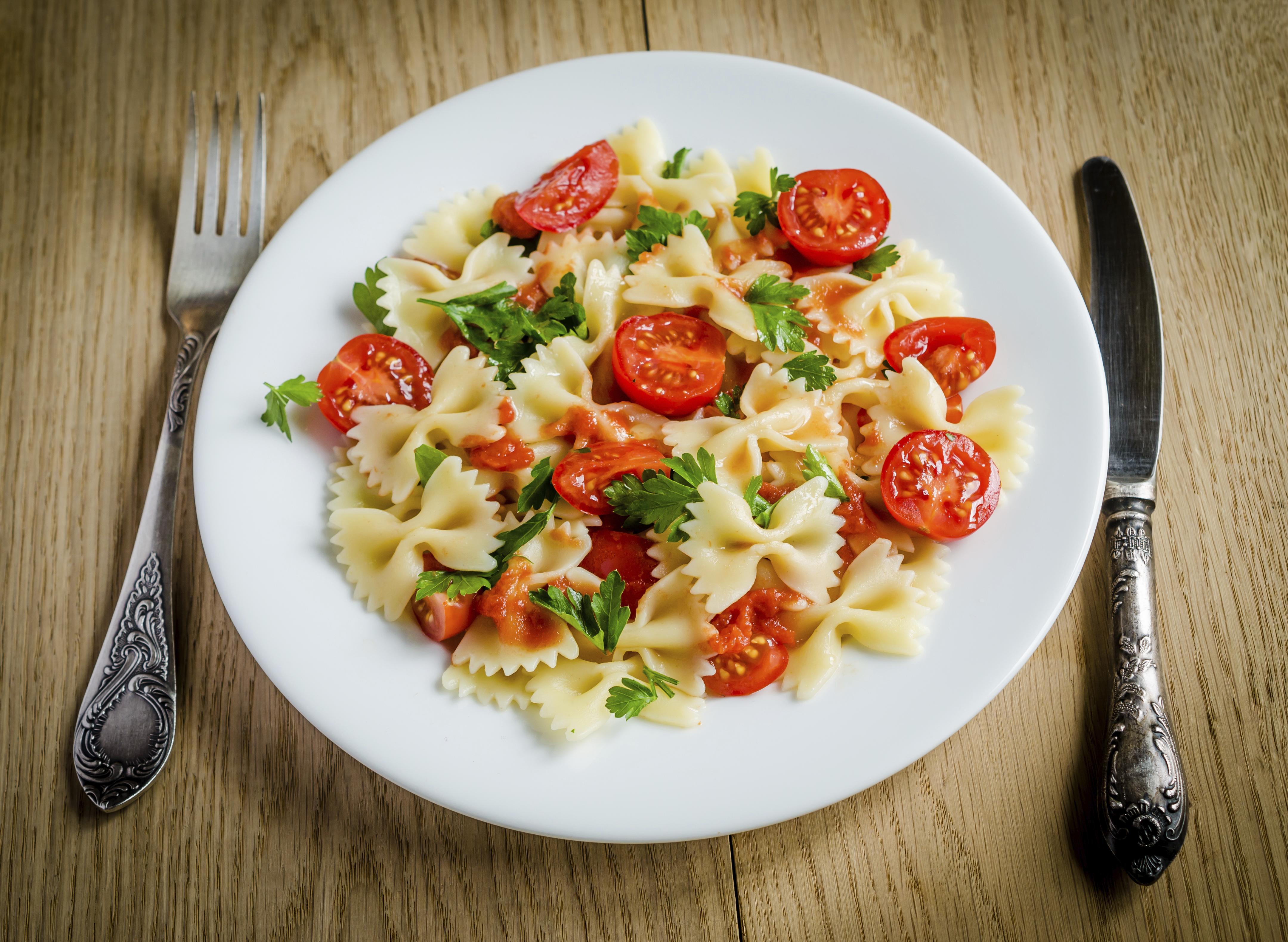 Овощи Фарфалле с помидорами черри