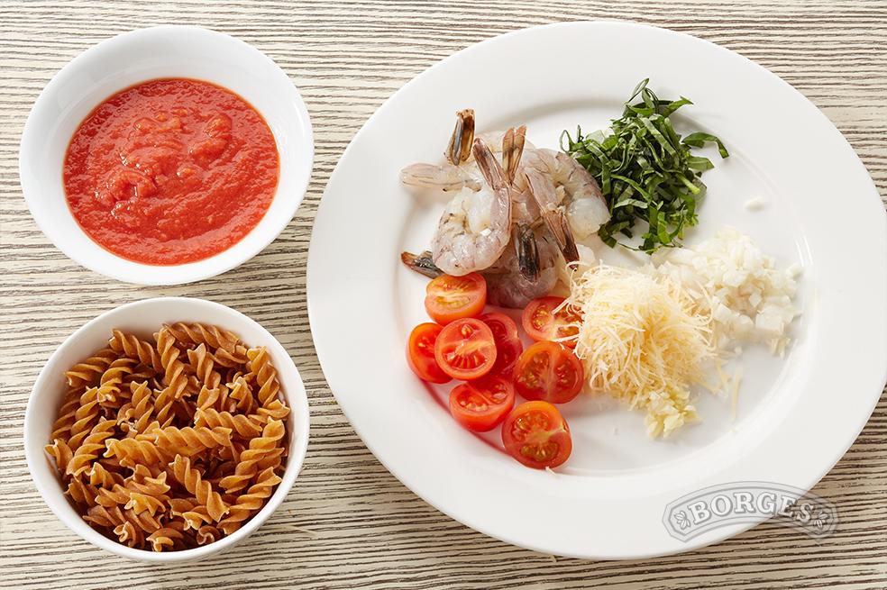 Фузилли с креветками в томатном соусе