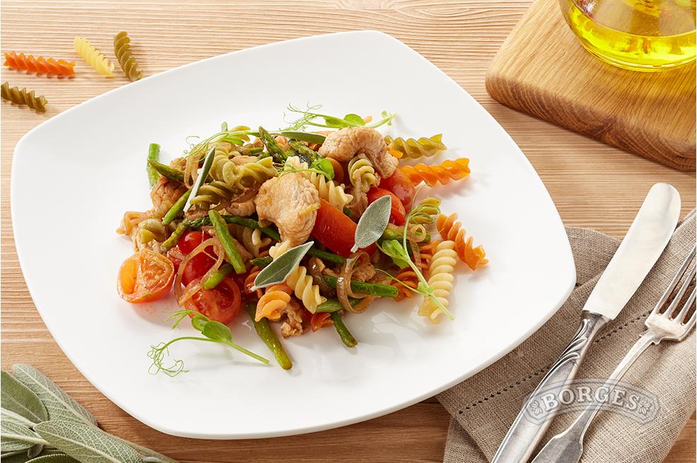 Легкий салат с фузилли, индейкой и овощами