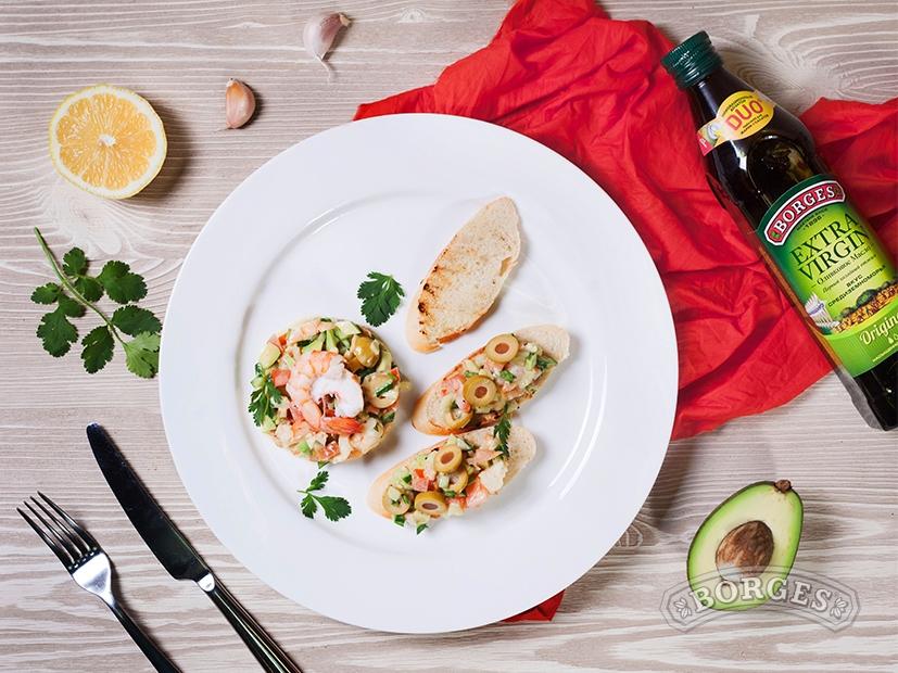 Салат с креветками и авокадо под домашним майонезом