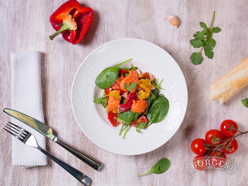 Салат с тунцом под соусом Ромеско