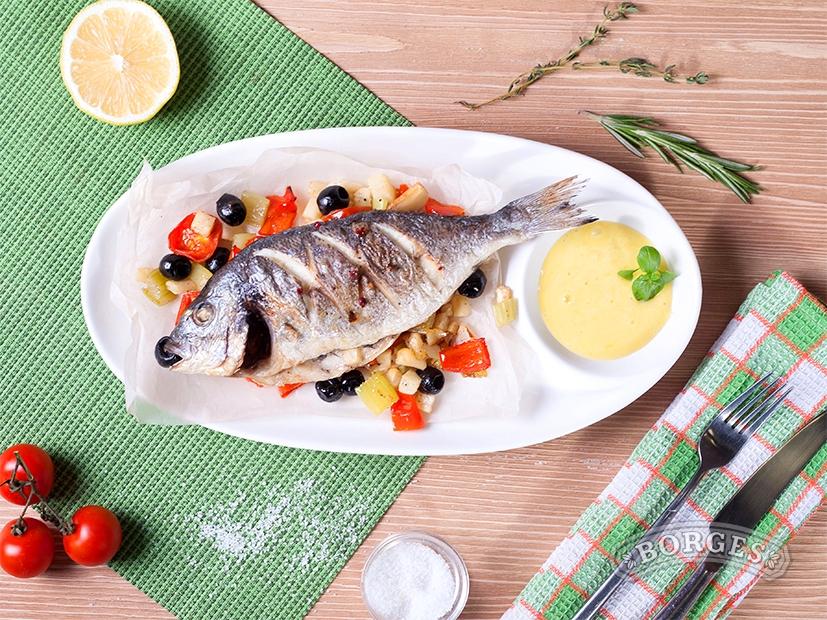 Рыба Дорада, запеченная в духовке с овощами, под соусом Айоли